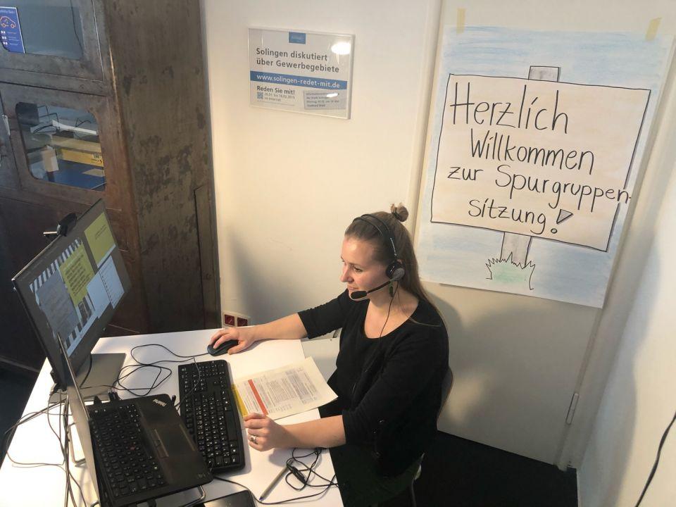 Mitarbeiterin von Zebralog sitzt vor einem Laptop