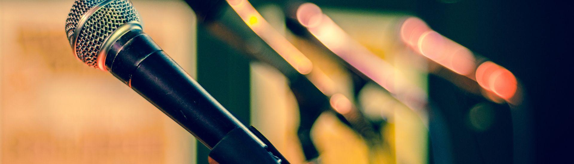 Mikrofone auf leerer Bühne