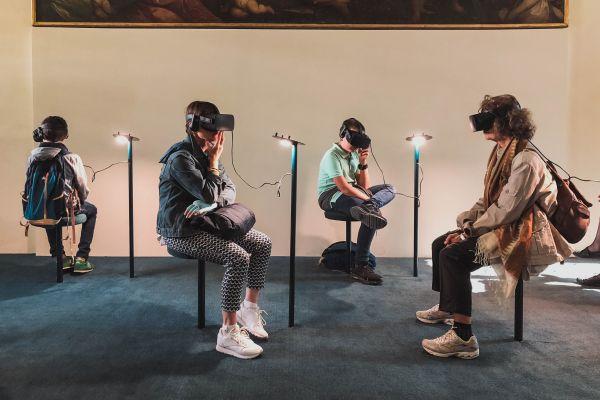 Menschen mit Virtual Reality Brillen in einem Museum