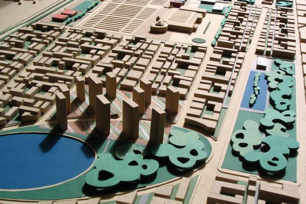 Holzmodell einer Siedlung mit Seen und Wäldern